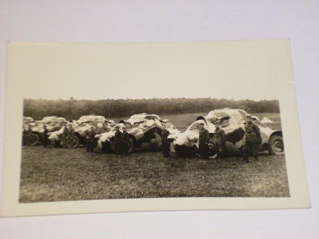 Vojáci + obrněné automobily - pohlednice
