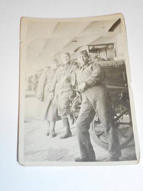 Vojáci - dělostřelecký pluk 1 - nákladní automobily - fotografie