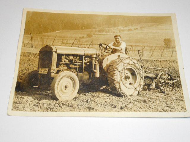 Traktor s pluhem - fotografie - SPZ Slaný