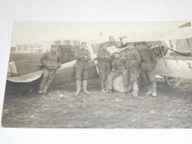 Letoun + vojáci - letecké učiliště Cheb - fotografie