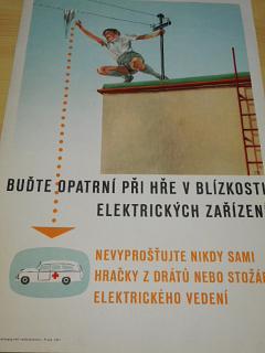 Buďte opatrní při hře v blízkosti elektrických zařízení - nevyprošťujte nikdy sami hračky z drátů nebo stožárů elektrického vedení