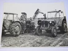 Práce na poli, sklizeň brambor - traktory Zetor - fotografie