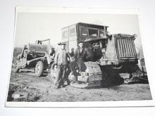 Pásový traktor - fotografie